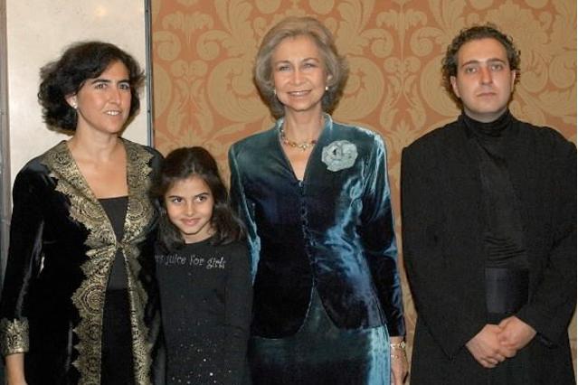 S.M. la Reina, con la pianista Rosa Torres-Pardo, su hija y el violoncelista Asier Polo, en el descanso del concierto