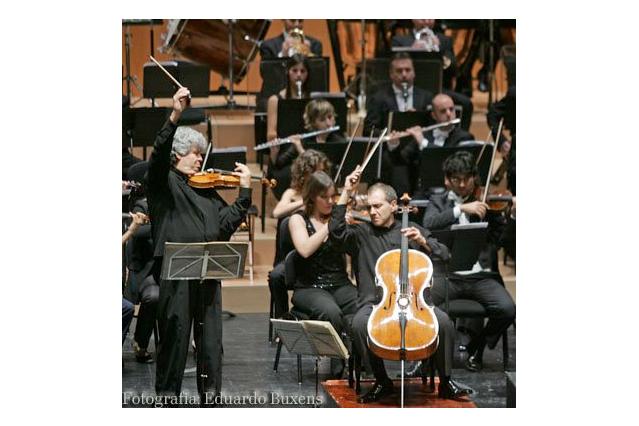 Nasturica y Asier Polo interpretando el Doble concierto para violin, violoncello y orquesta en la menor, op. 102 de Brahms, durante un concierto en Brasil. /EFE